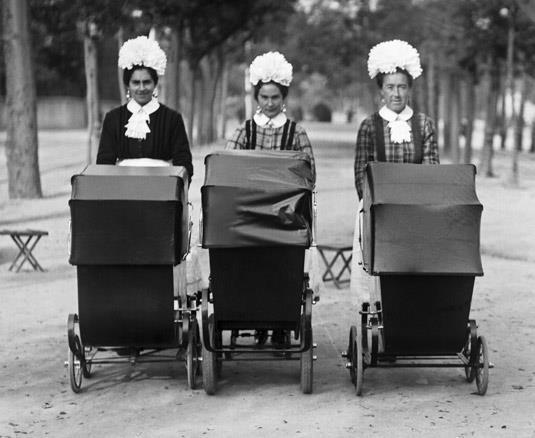 niñeras por el Retiro (Madrid) en 1923