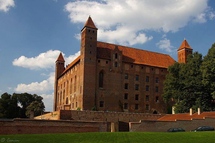 Zamek krzyżacki w Gniewie zbudowany przez Zakon krzyżacki na planie czworoboku po 1290 roku i rozbudowany w XIV i XV wieku, następnie od połowy XV do 1772 roku siedziba polskich starostów. Obecnie na zamku odbywają się turnieje rycerskie, pokazy kowalstwa artystycznego, kolonie i inne imprezy.