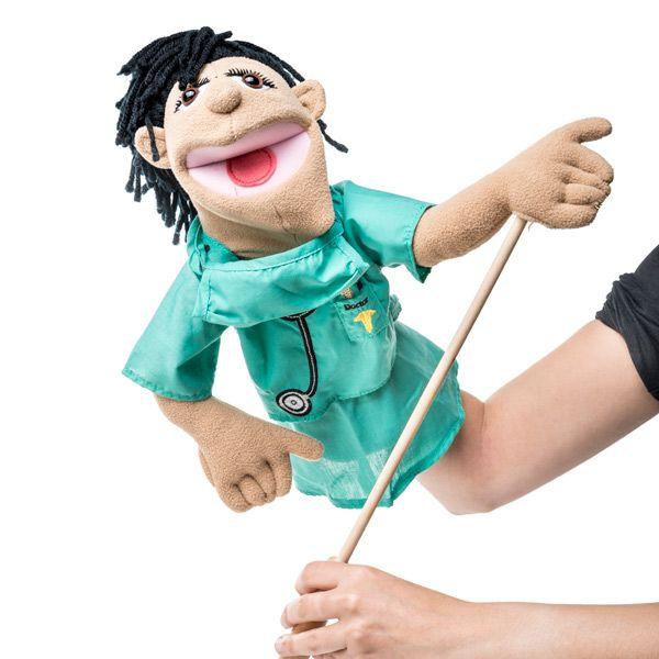 Marioneta cirujano con varilla | EUREKAKIDS | Esta graciosa marioneta de médico cirujano con varilla ¡Es genial! Es súper divertida y tiene muy buenos acabados. Los niños van a disfrutar un montón jugando con ella, abriendo y cerrando la boca y gesticulando con el brazo. Seguro que será una fuente inagotable de historias.