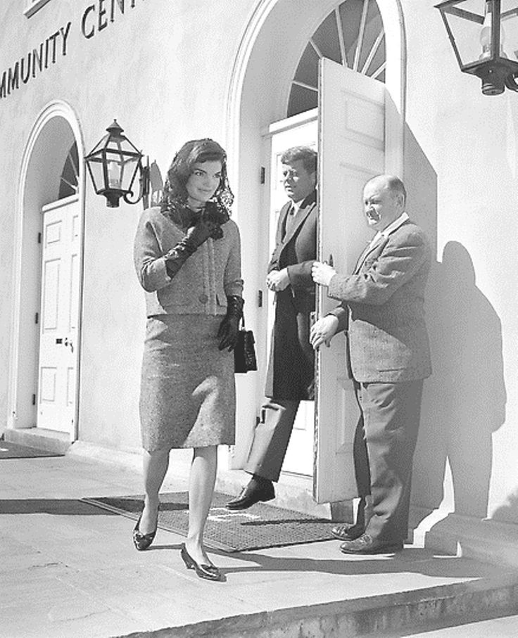 President John F. Kennedy and first lady Jacqueline Kennedy arrive at the Middleburg Community Center to attend Roman Catholic services in Middleburg, Virginia, March 4, 1962. The Kennedys are spending the weekend at their Glen Ora estate near here. (AP Photo/John Rous)❤❤❤❤❤