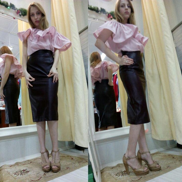 Юбка карандаш из экокожи на подкладке, сзади шлица. Блузка с воланом цвет пыльная роза. Пошив модной одежды в Москве недорого 89645800641.