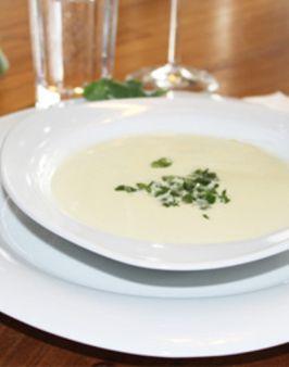KOHLRABI-CREMESUPPE - Zutaten für 4 Personen: 1 Zwiebel, 500g Kohlrabi mit Grün, 1 Eßlöffel Butter, ½ Teelöffel Zucker, ½ Liter Gemüsebrühe, 250g Sahne, Salz, Pfeffer, Saft einer halben Zitrone. Hier geht's zur Zubereitung: http://behr-ag.com/de/unsere-rezepte/rezeptdetail/recipe/kohlrabicremesuppe.html