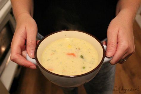 Gezonde én gebonden kip/groente soep: 4 Pers. - 2 cups Water - 4 cups Melk - 1/4 cup Bloem - Scheutje Slagroom (optioneel) - 4 Kippenpoten - Doosje gemengde diepvriesgroente met o.a. doperwten, boontjes, mais en wortel en/of prei - Kleine tl. Sambal (optioneel) - Vermicelli - 1 Kippenbouillon Tablet