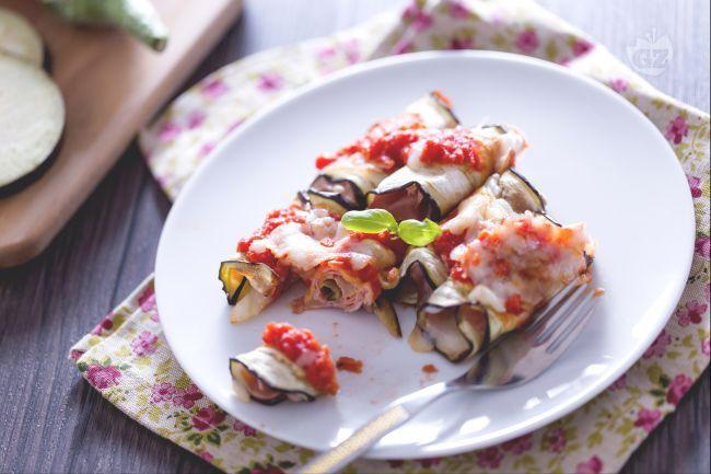 Gli involtini di melanzane sono un antipasto facile e veloce, ma anche un contorno sfizioso. Rotolini con prosciutto, formaggio e sugo di pomodoro!