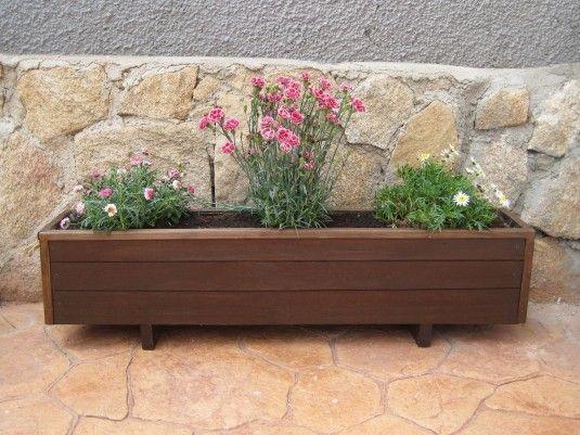detalle de la realizacin de una jardinera de madera utilizando listones de madera procedentes de un