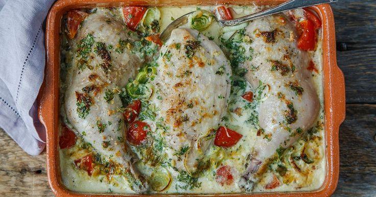 Smakfull oppskrift på parmesanbakt kyllinglår og kyllingfilet i ovn. Med mild og rund smak av tomat, fløte og parmesan, er dette noe for både store og små. Du kan gjerne bruke ren kyllingfilet selv om denne oppskriften har lår og bryst med skinn og ben.