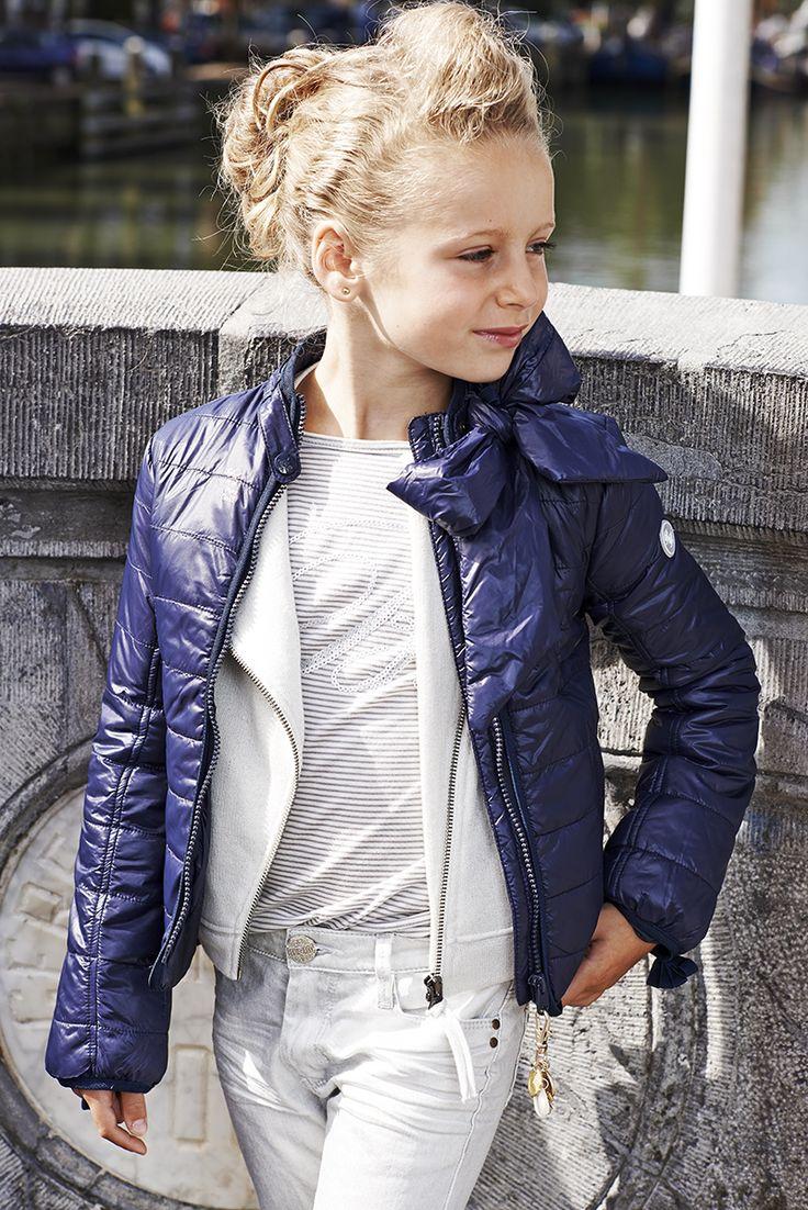 Donkerblauw, lichtgewicht, tussenjasje, met afneembare strik, in between jacket, girls, meiden, zomer 2015, #bakerbridge, #baker bridge, #Ryanna, http://www.bakerbridge.eu/ryanna-jas-gewatteerd-zomer-donkerblauw.html