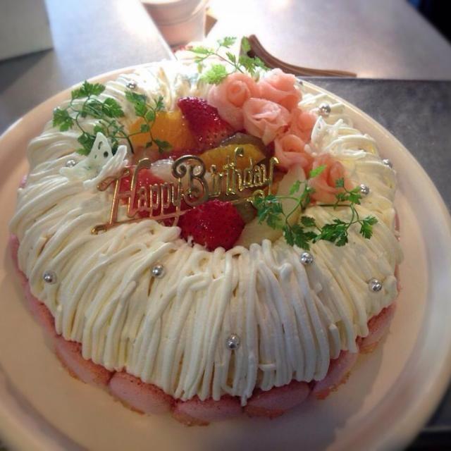 蝶々、マカロン、りんごの薔薇でメルヘンチックにデコってみました。 - 126件のもぐもぐ - ホワイトチョコクリームのバースデーケーキ by qwpakitansep15