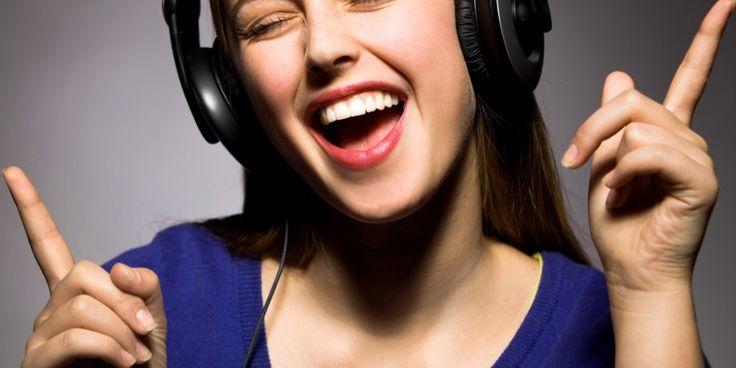 Olá pessoas! Hoje nos vamos dar uma para você aprender inglês com música. Cantar em inglês é muito l