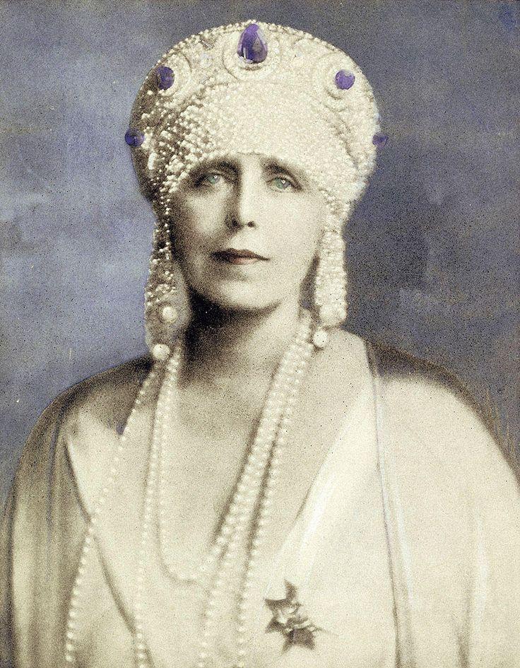 Reina Marie de Rumania, luciendo la tiara Kokoshnik, encima de una bandeau con perlas, diamantes y zafiros, creadas por la firma joyera Cartier en 1920
