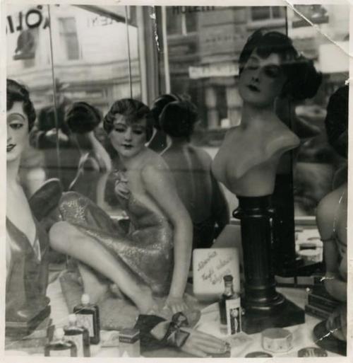 Jindřich Štyrský -Untitled,( mannequins dans une vitrine),1934