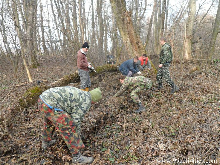 Lesná čata v akcii, pri príprave suchej sekcie trialovej trate ..