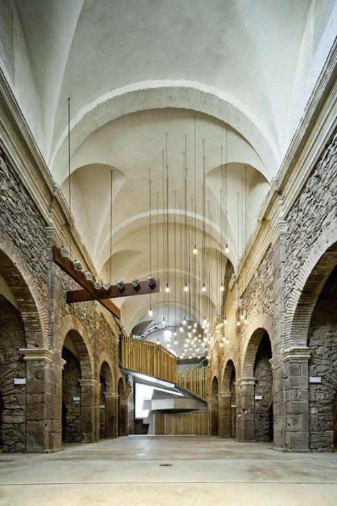 Le couvent Sant Francesc, situé dans la petite ville catalane de Santpedor, a été construit au début du 18e siècle par des prêtres franciscains. Un processus de dégradation progressive de l'édifice a pris fin avec sa démolition en 2000. Seule l'église est restée debout, mais dans un état complètement ruineux.