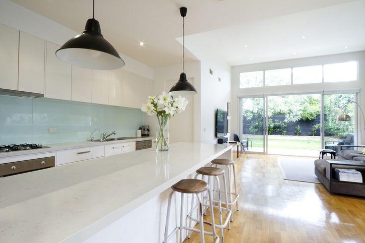 Witte keuken met aanrechtblad van composiet (Silestone via Arte)