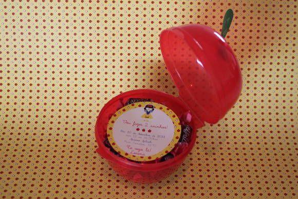 O convite vem dentro de uma maçã de plástico. O tag para colocar os nomes dos convidados é uma folha recortada em papel, presa em cima da maçã. Você pode colocar balinhas de maçã ou o que sua imaginação mandar! Será um sucesso entre seus convidados.  * A foto é somente uma sugestão de uso, os doces não fazem parte do produto.  Pacote com 15 unidades. R$ 195,00