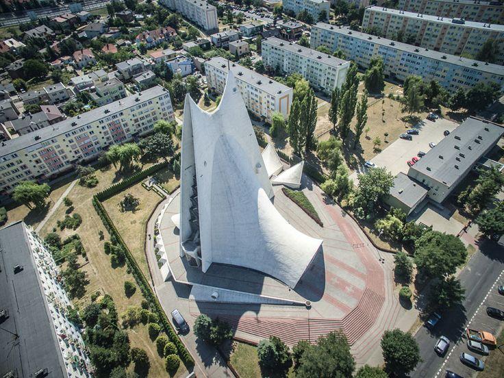 Przedstawiamy tuzin kościołów, które przypominają statki kosmiczne. Fotki z drona!