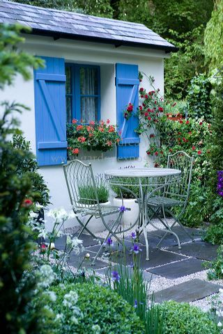 Love this little patio courtyard!
