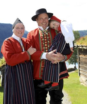 Sunnfjordbunad. Familie frå Langeland i Guddal i Fjaler