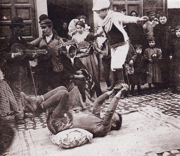 Saltimbanquis en las calles del viejo Madrid.Hacia 1900. (S. Ramon y Cajal). De Madrid al cielo: Álbum de fotografías y documentos históricos. - Urbanity.cc