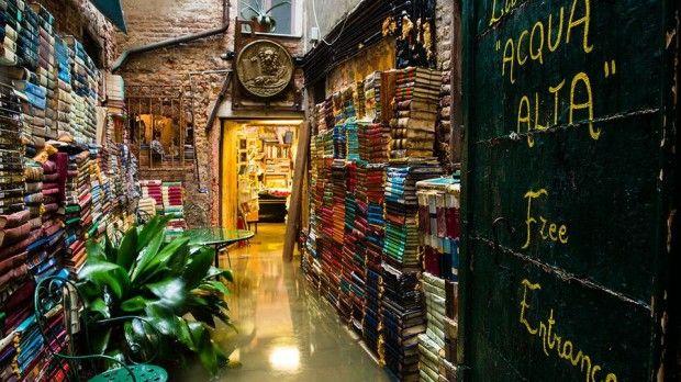 """Venezia, Libreria Acqua Alta. La Bbc la cita come """"unica libreria sott'acqua"""". O quasi. E mostra questa immagine, che l'autrice, Justine Bibler, che si trovava nella Serenissima nel novembre scorso, così commenta, su Flickr: """"Venezia è allagata...... ma la Libreria Acqua Alta è regolarmente aperta. In effetti, è nel suo elemento"""". Di fatto, la particolare collocazione dell'esercizio costringe il proprietario a frequenti traslochi delle pubblicazioni, dal basso verso l'alto e viceversa..."""
