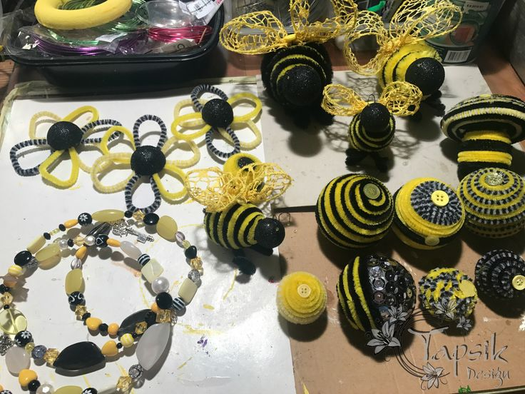 The preparation for bumblebee wreaths continues. Next i must choose the ribbon, deco mesh, some flowers and greenery and the creative part of making a wreath can start. All of this decorations are handmade (decorated) by me. And of course the crocheted bumblebee will be there too.