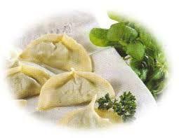 AGNOLOTTI DI TIMAU Schiacciare le patate, amalgamarle in un soffritto di cipolla, olio e burro e due cucchiai di farina; aggiungere una spolverata di cannella, zucchero e menta secca sbriciolata, un pugno di uvetta ammollata e passata al setaccio, la buccia di un limone grattugiata, sale e pepe. Avvolgere una cucchiaiata dell'impasto in dischetti di pasta della grandezza del fondo di un bicchiere. Lessare in acqua salata. Aggiungere una spolverata di ricotta affumicata fresca e burro fuso.
