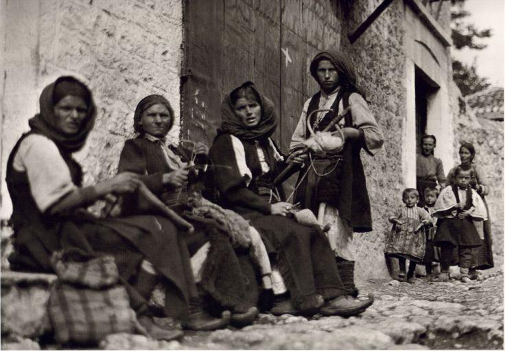 Παραμυθιά-Φωτογραφίες μιας απλής, ήσυχης Ελλάδας (1903-1930)  Μέσα απο το φακό του Fred Boissonnas -σε φωτογραφίες υψηλής ευκρίνειας  O Φιλέλληνας Ελβετός Fred Boissonnas είναι ο πρώτος ξένος φωτογράφος που περιηγήθηκε τόσο πολύ στον ελληνικό χώρο, από το 1903 και για περίπου τρεις δεκαετίες αργότερα. Ταξίδεψε από την Πελοπόννησο ως την Κρήτη και τον Όλυμπο και από την Ιθάκη ως το Άγιο Όρος. Περιηγήθηκε, φωτογράφισε, έγραψε.
