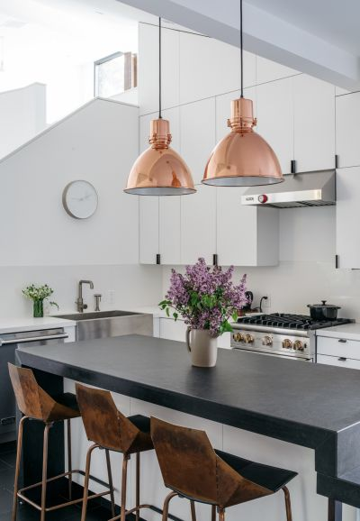 taburetes de cocina, lámparas colgantes de cobre