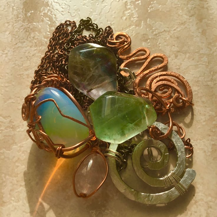 Opale e fluorite  miriam.turoldo@gmail.com  #gioiellifantasy #gioielli #wirewrappedjewelry #gemstone #copper #crystals #handmade #madeinitaly #gioielliartigianali #healingcrystals #wirewrappingjewelry #jewellery