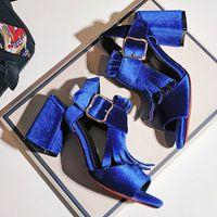 LALA IKAI бархатные сандалии женщин с кисточкой Пряжки толщиной туфли на каблуках для дамы peep toe насосы Лодыжки Ремень XWF0966