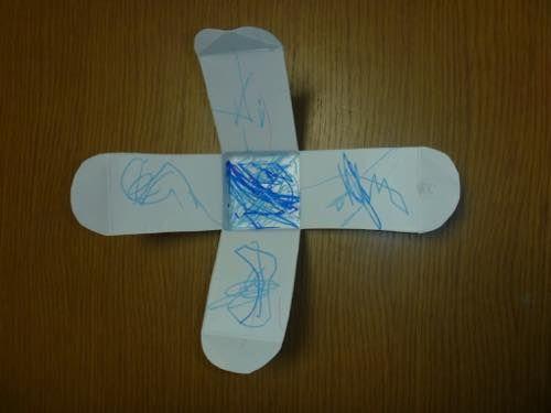 クルクルコマ〜乳児さんも楽しめる♪牛乳パックで手作りおもちゃ〜 | あそびのタネNo.1[ほいくる]保育や子育てに繋がる遊び情報サイト