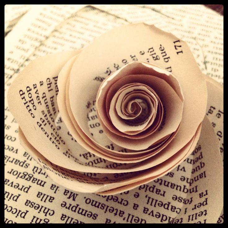 Le pagine ingiallite di un vecchio libro senza valore prendono vita...