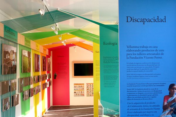 Mobile exibition by Marc Ayala, via Behance