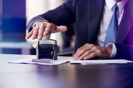 Kolik stojí notář / advokát. V jaké situaci využít jejich služeb?