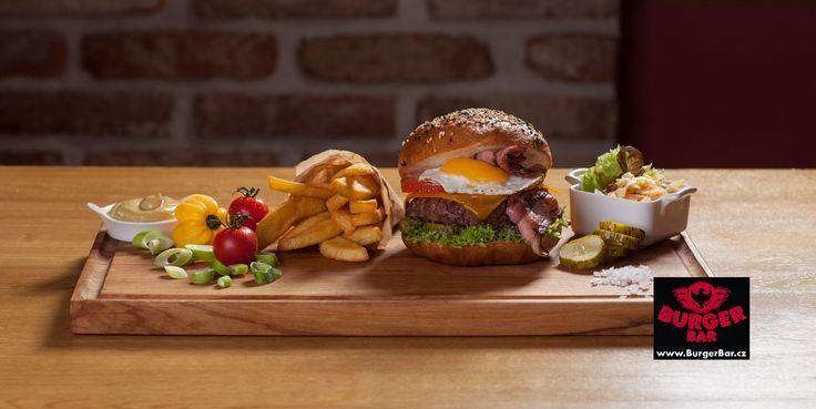 Dolce Villa - hovězí hamburger z mletého masa, volské oko, slanina, čedar, nakládaná okurka, rajče, salát, cibule, dijonská hořčice, kečup