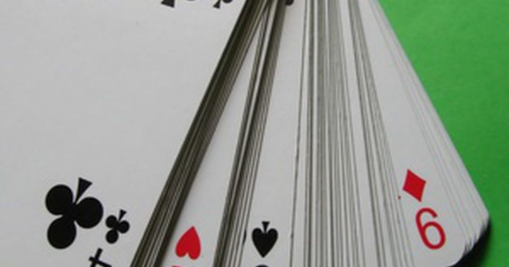 """Reglas de Tripoley. El Tripoley es una combinación de corazones, póquer, Michigan rummy todo en uno. El juego usa un mazo de 52 cartas y un tablero de juego con secciones etiquetadas como """"olla"""", """"gatito"""" y otros variados valores de cartas. Pon las fichas de juego en estas secciones y trata de ganarlas mediante las tres rondas del juego."""