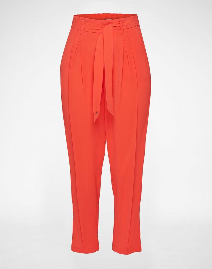 Locker fallende Bundfaltenhose mit erhöhtem Sitz von Kocca. Eine dezente Krepp-Optik veredelt die komplette Silhouette der Hose. Ein separater Gürtel bringt die Hose auf eine feminine Taille.