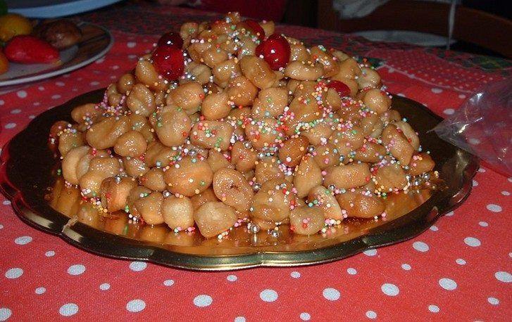 Gli struffoli sono il dolce natalizio più tipico della tradizione napoletana. Scopriamo come prepararli!