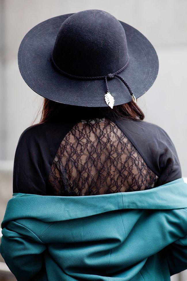 http://www.musthavefashion.pl/zielona-marynarka-biale-spodnie-i-czarny-kapelusz/