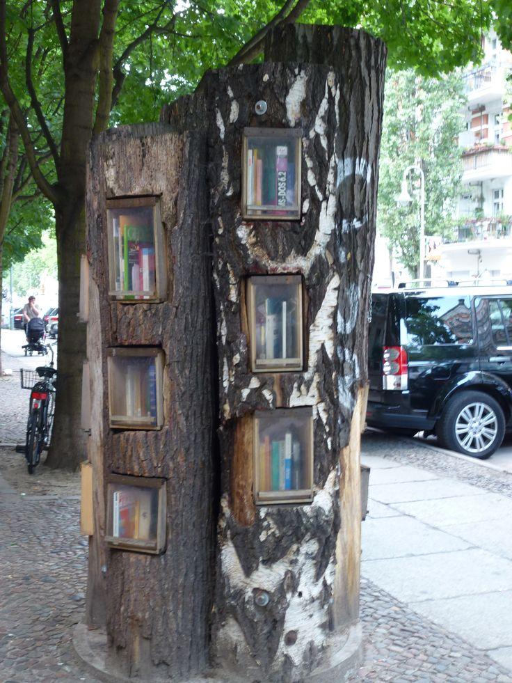 """Tolle Idee: Eine grüne Biblothek für alle Leseratten zum Bücher tauschen, leihen und verschenken (social, sharing, caring) >> Berlin: Der Bücherbaum vom Prenzlauer Berg – Ein """"öffentliches Buchregal"""" und eine wunderbare Tauschbörse"""