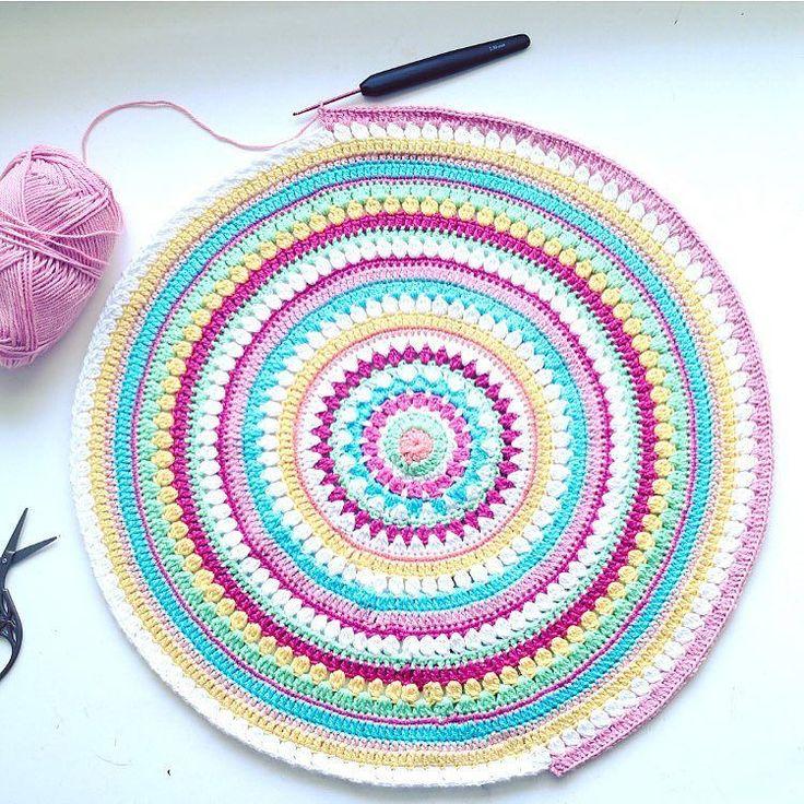 Håller på att virka en matta till Livs rum. Något måste en ju sysselsätta sig med när en inte har ork till så mycket annat. #envismagsjuka #virka #crochet #diy #gördetsjälv #crochetrug #virkamatta #färgglatt #tildagarn #mandala #crochetmandala #virkamanda