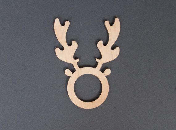 Chaque Noël, nous recherchons tous moyens de rendre nos paramètres de table unique.  Ces ronds de serviette petit renne vous aidera à créer lambiance de Noël parfait. Coupé de contre-plaqué, ils peuvent être utilisés maintes et maintes fois, et leur conception simple aura dernières années.  Ils ont été découpées de contreplaqué de 3mm et mesure 9cm de hauteur au laser. La découpe du centre mesure 3cm de diamètre.  Autres idées de Noël pour les paramètres table sont mes ronds de serviette…