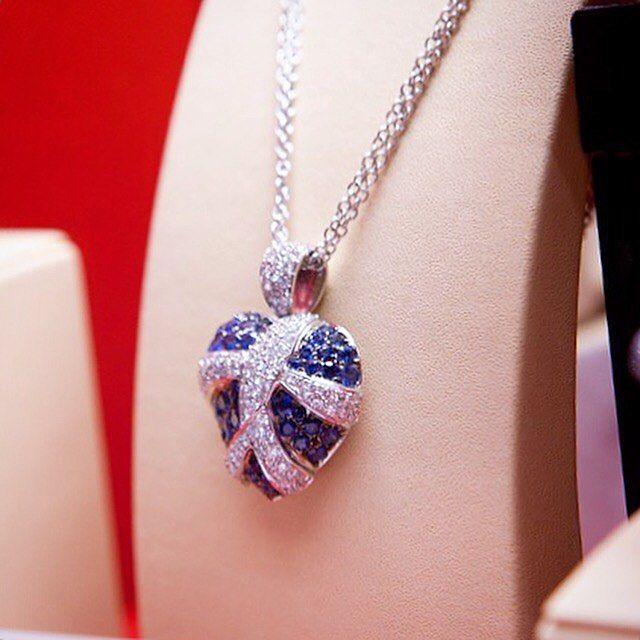 Nu este o bijuterie de inimă albastră, este o bijuterie a iubirii, și în iubire este vorba de fericire și dăruire.  Este un colier realizat din aur alb, decorat cu diamante și safire, într-o compozitie încărcată de simboluri și semnificații.   Designul îi aparține unuia dintre cei mai talentați bijutieri români, cel care își semnează lucrările sub pseudonimul Gianni Lazzaro.  Bijuterii cu suflet manufacturate în România.