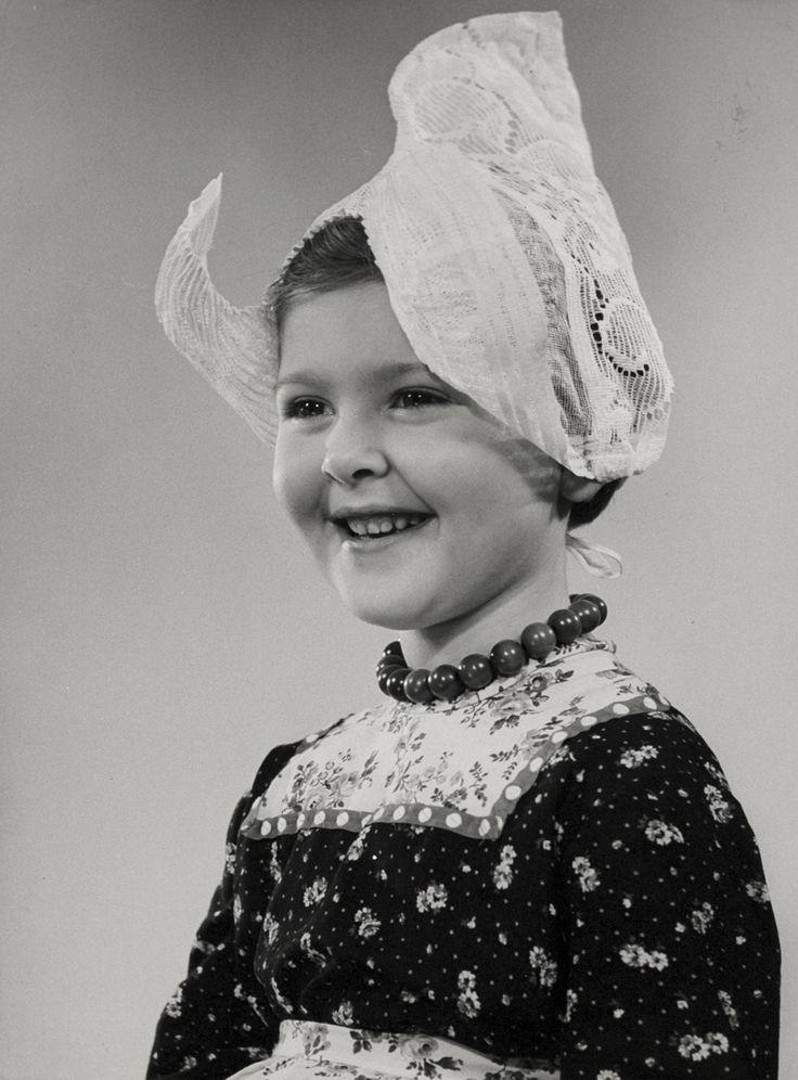 Klederdracht, studio-opname. Meisje in (fantasie) Volendams kostuum, met kanten muts. Nederland 1950-1960.