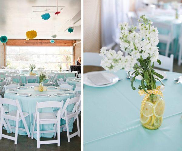 Decorar os potinhos de flores com rodelas de laranja ou limão dá um ar super fresh a um casamento no verão.