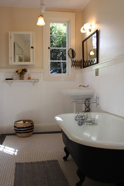 I love this bathroom floor. hex tile, dark grout and black border. do this in guest bathroom. source: apartment therapy home tour - clare vivier. i love this house.