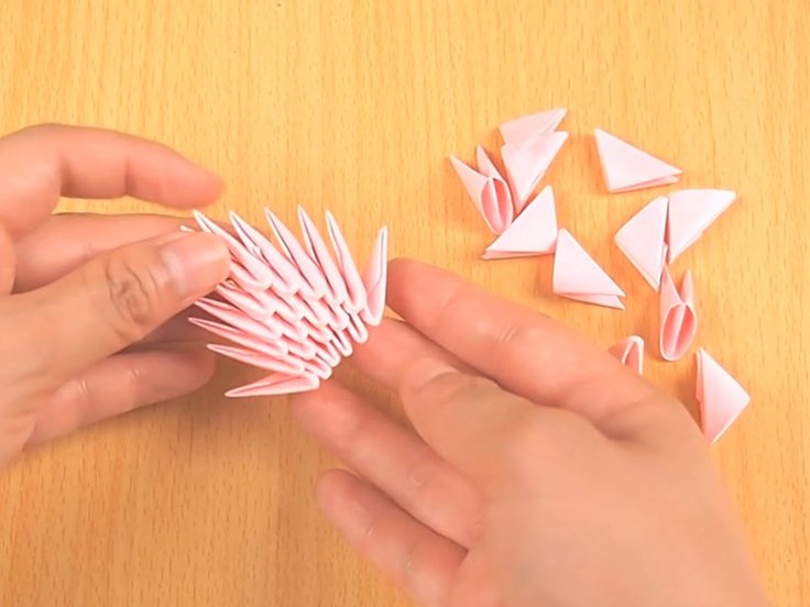 Dobraduras em 3 dimensões são muito legais e ótimas pra dar de presente. Embora exija algum tempo e paciência pra fazer, o produto final é muito recompensador. Comece com uma folha de papel normal A4. Pode ser da cor que você quiser, depen...