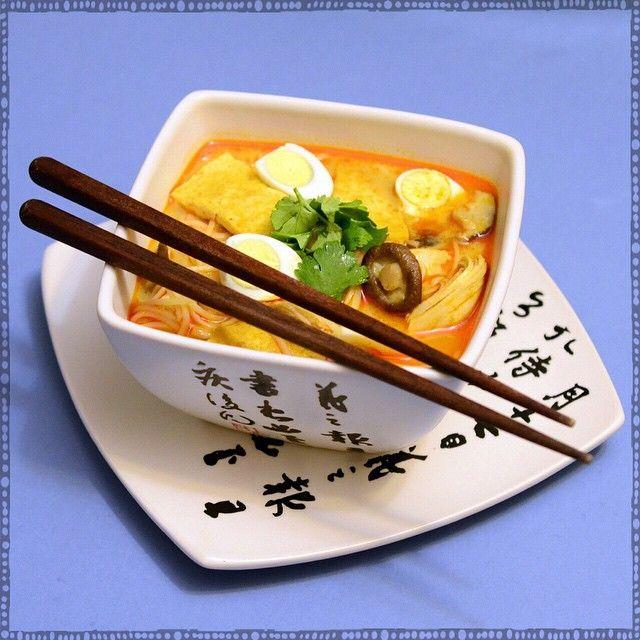 Laksa noodles for lunch at home. //острый суп-лапша Лакса.  С курицей, грибами шиитаке, тофу и перепелиными яйцами.