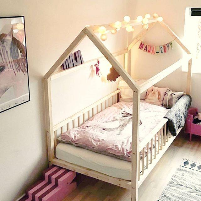 Søde Maja putter i denne drøm af en pigeseng. Hun har endda også den fine navnesnor fra LineDyr hængende på sengegavlen. Den kan du finde på hjemmesiden🎈 Majas mor valgte at få ben under sengen - HUSK ben på 20 cm. og derunder laver vi  g r a t i s 👏👏 Tak for lån af billede @henriettedahl16 💋  #fruenskreabiks #hyggehus #bedtime #housebed #husseng #kidsroom #børneværelse #barneseng #gladebørn #gladeforældre #barnrumsinspo #bestilling #tilsalg #sælges #salg #handcrafted #danishdesign