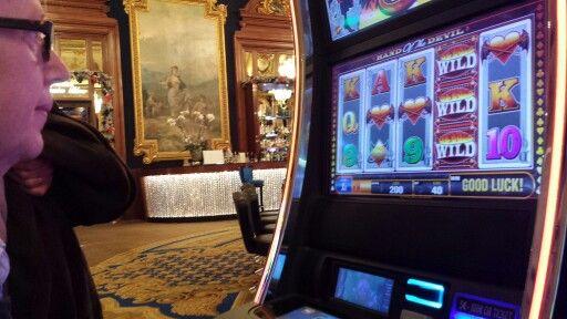Lena spelar inne på casinot!